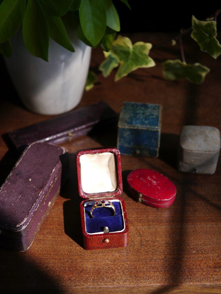 パープルサファイアとダイアモンドの指輪 (1909年)