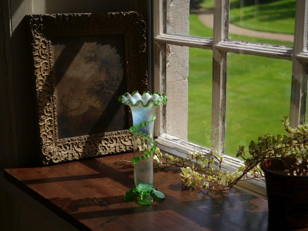 螺旋状の装飾のある緑と乳白色の花瓶