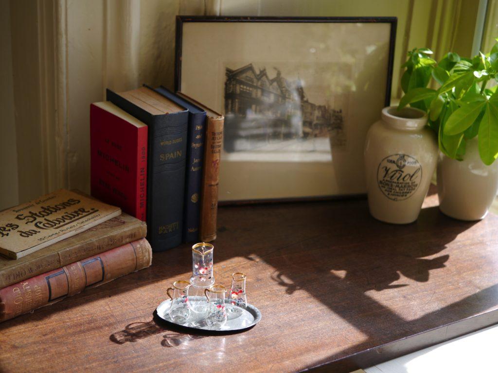 ミニチュアのガラスジャグセットとブリキのトレー (20世紀初頭)