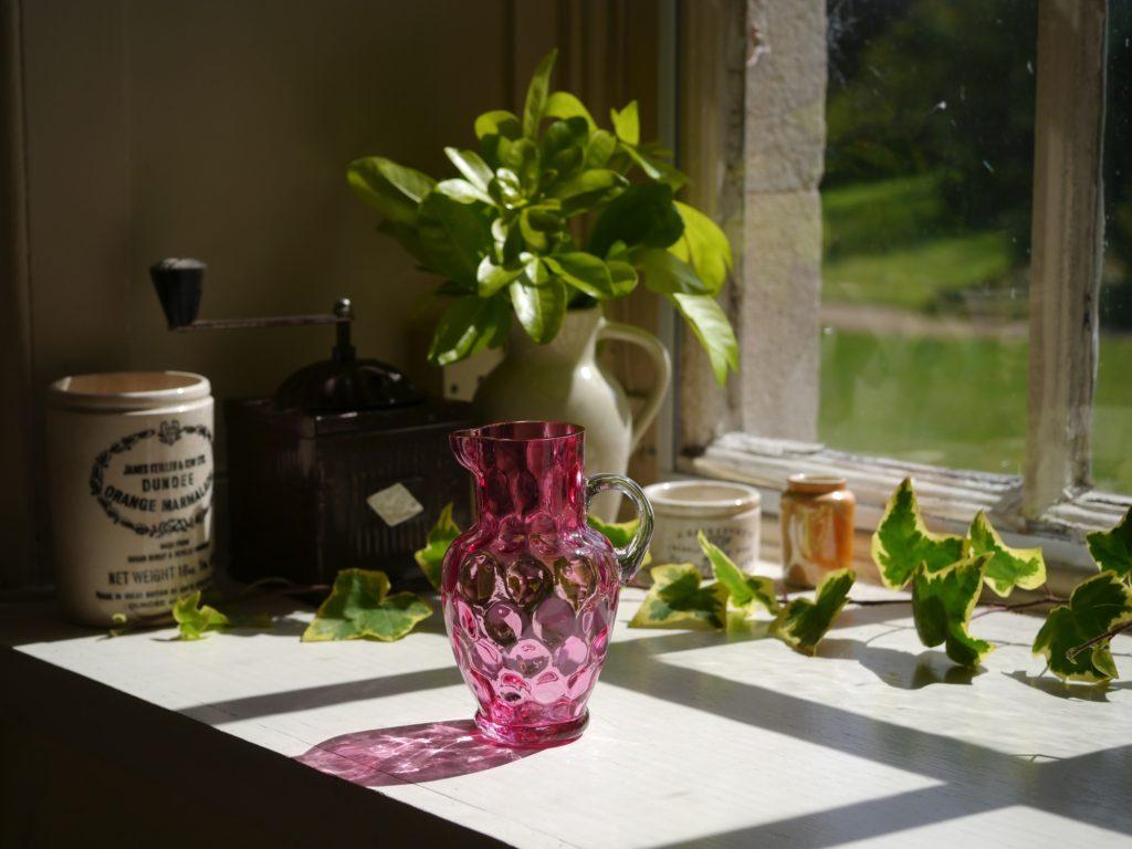 小ぶりのクランベリーガラスのジャグ (19世紀)