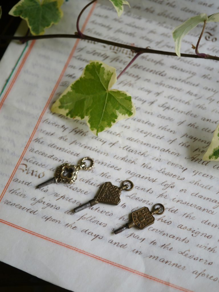 装飾の美しい懐中時計の鍵