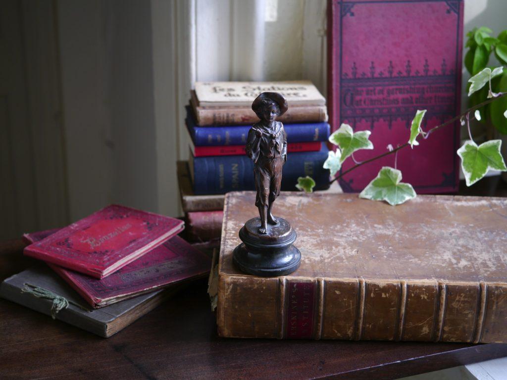 短いスティックを持った少年のブロンズ像 (19世紀)