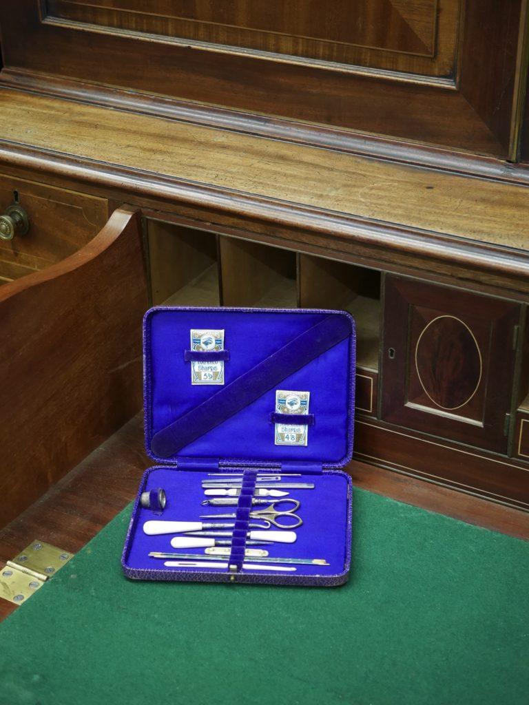 青いケースに入ったソーイングセット (20世紀初頭)