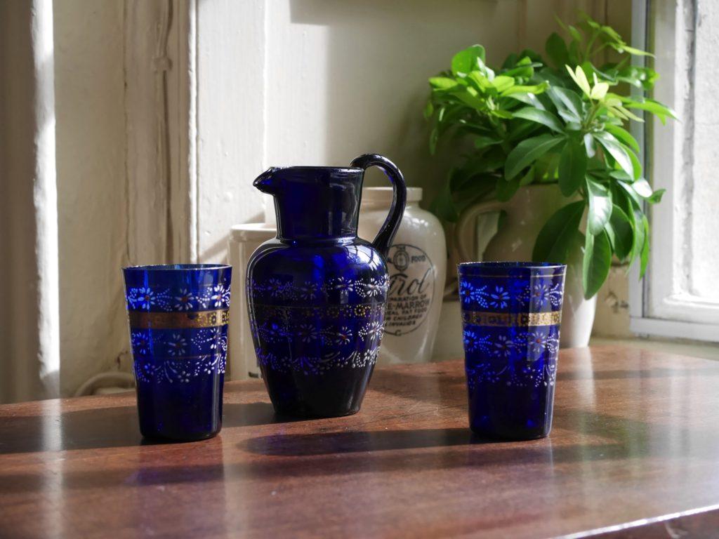 金彩とエナメル装飾のある青いジャグとカップ (19世紀後半)