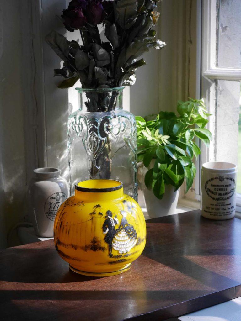紳士と貴婦人が描かれた黄色の花瓶 (1900年前後)